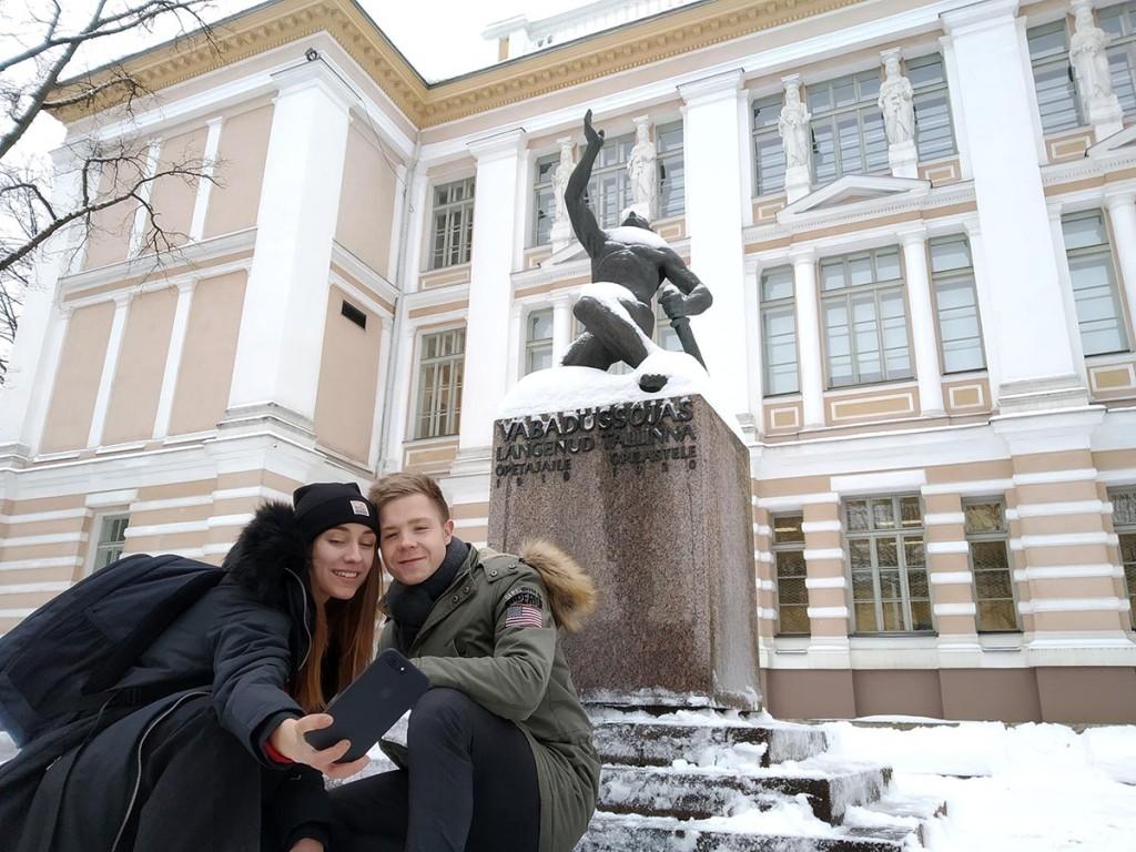 Reaalipoisi juures teevad selfiet Laidoneri Seltsi noored Carmen Sibbul ja Marec Herman. Foto Jan Enriko Laidsalu
