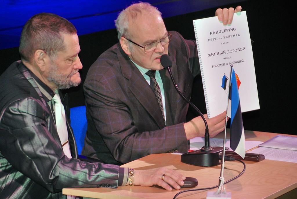 Rein Koch tutvustab Tartu rahulepingut. Foto Urmas Saard