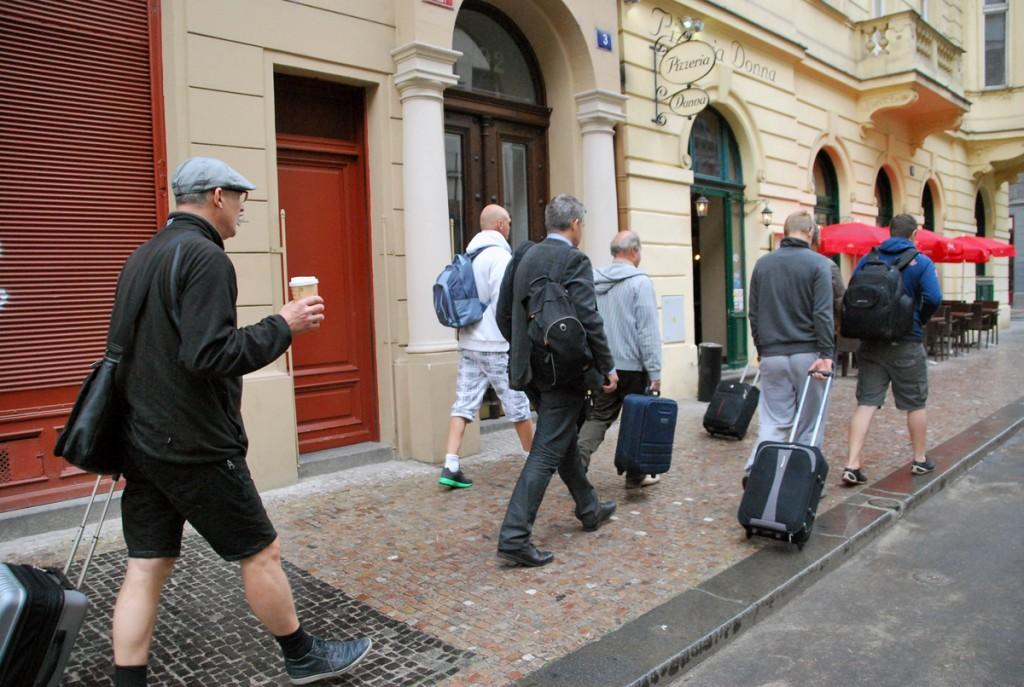 Reisiseltskonnaga Praha tänaval Foto Urmas Saard