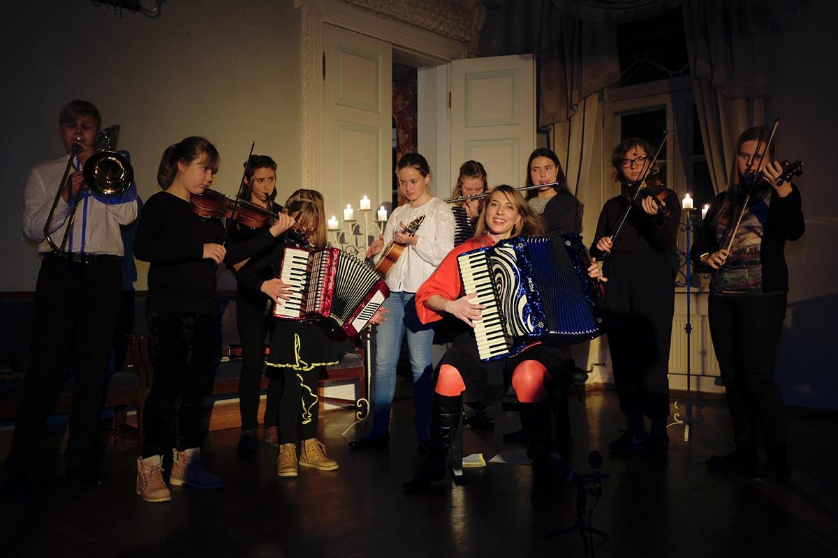 57cff9dbd87 Pühapäeval algab rahvusvaheline laste muusikalaager Reval Etno ...