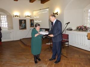 Jõgeva maavanem Viktor Svjatõšev õnnitleb Agnes Rääki.