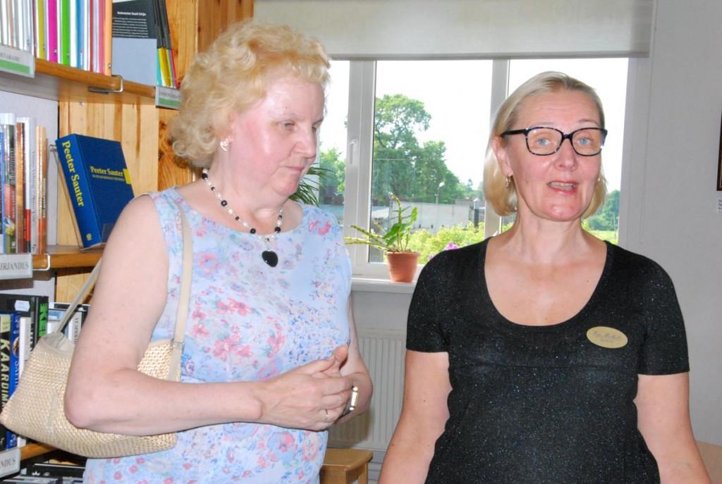 Sülvi Sarapuu ja Ene Michelis avavad Sindi linnaraamatukogus näituse Nägevad käed Foto Urmas Saard