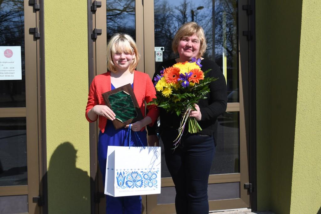 Sindi Ööbik 2018 Mirtel Metsmaa ja tema ema Alla Metsmaa lahkuvad Sindi seltsimajast õnneliku naeratusega Foto Urmas Saard