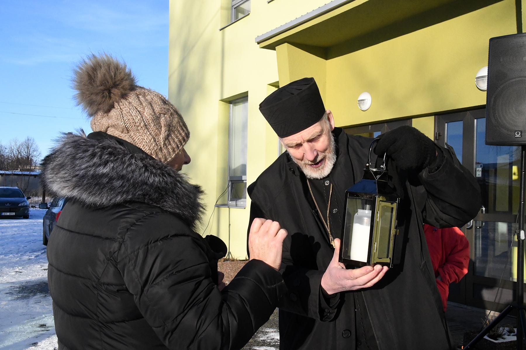Sindi Naisliidu esinaine Juta velleste ja ülempreester Ardalion Keskküla. Foto Urmas Saard