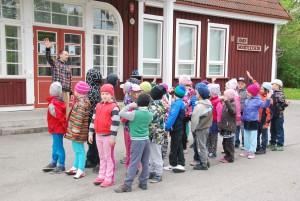 Sindi gümnaasiumi õpetaja Mart Nõmm koolieelsete Sindi lasteaia lastega kunagise Sindi jaamahoone esisel Foto Urmas Saard