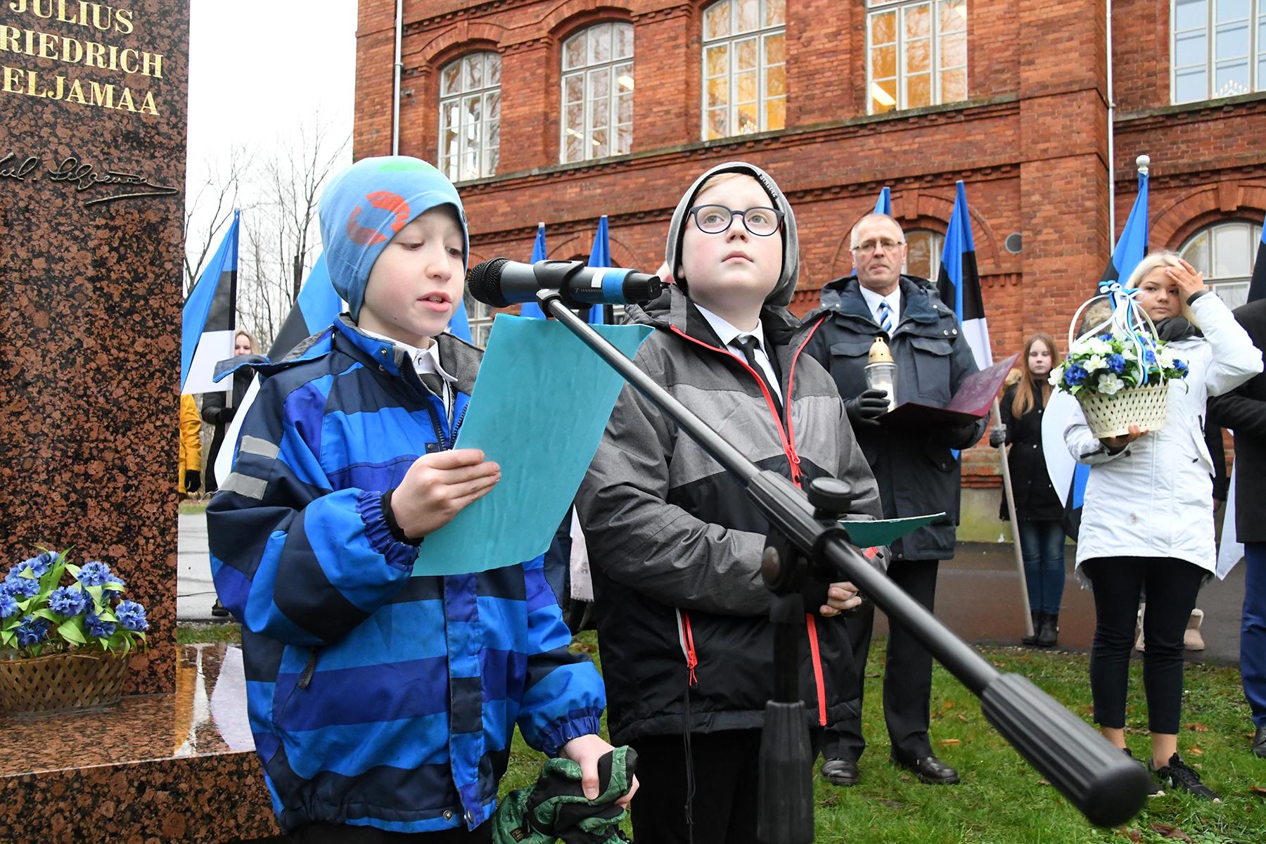 Sindi gümnaasiumi õpilased Sten Eric ja Braian esitavad ajaloolisi fakte. Foto Urmas Saard