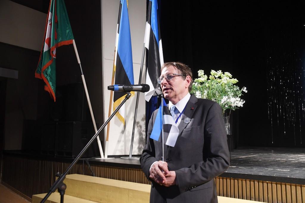 Sindi gümnaasiumi õpilaskonverentsile saabuv Jüri Trei, Eesti lipu seltsi juhatuse esimees, diplomaat, välisministeeriumi nõunik. Foto Urmas Saard