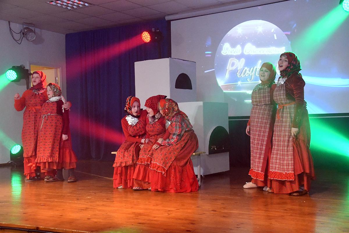 Sindi gümnaasiumi 3.a jäljendab Udmurtiast Malaja Purga rajooni Buranovo asulast pärit ansablit. Foto Urmas Saard