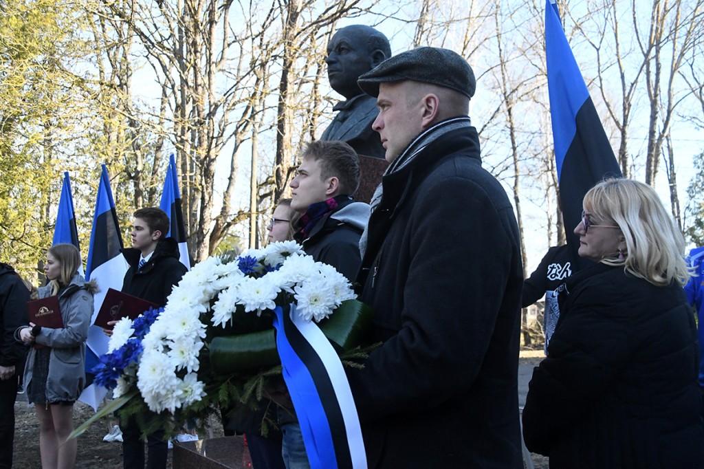 Sindi gümnaasiumi esindus ja Tori vallavanem Lauri Luur Julius Friedrich Seljamaa mälestusmärgi juures. Foto Urmas Saard