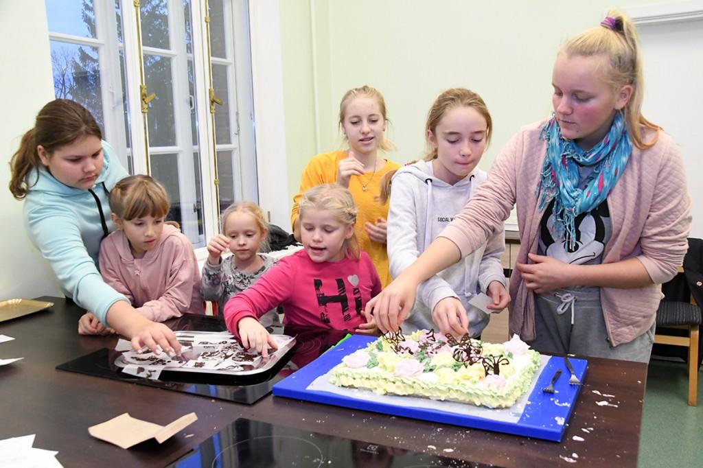 Sindi gümnaasiumi tordi valmistajad Foto Urmas Saard