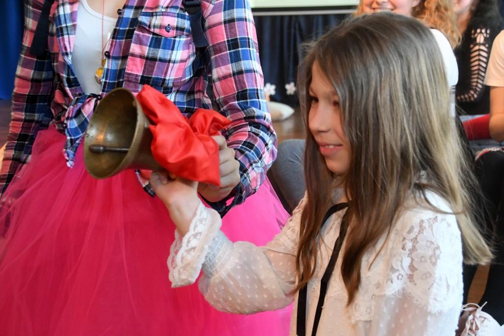 Sindi gümnaasiumi tutipeol helistab abiturientidele viimast koolikella esimese klassi õpilane Loretta Olli. Foto Urmas Saard