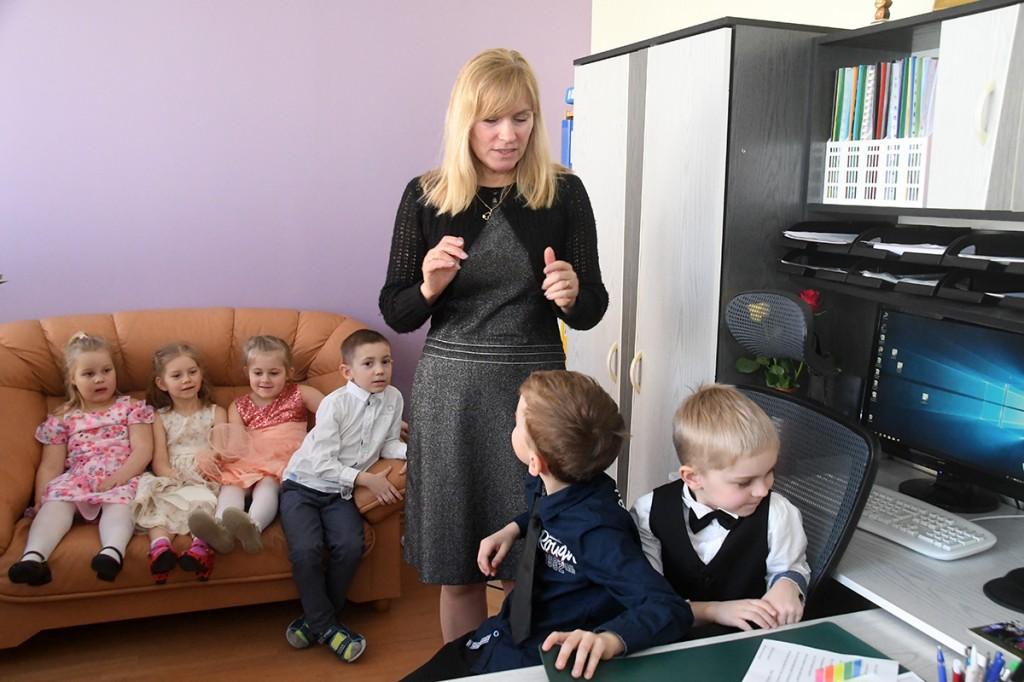 Sindi lasteaia direktor Kairi Rinaldo kohtub oma kabinetis lastega ja palub vastata mitmesugustele küsimustele. Foto Urmas Saard
