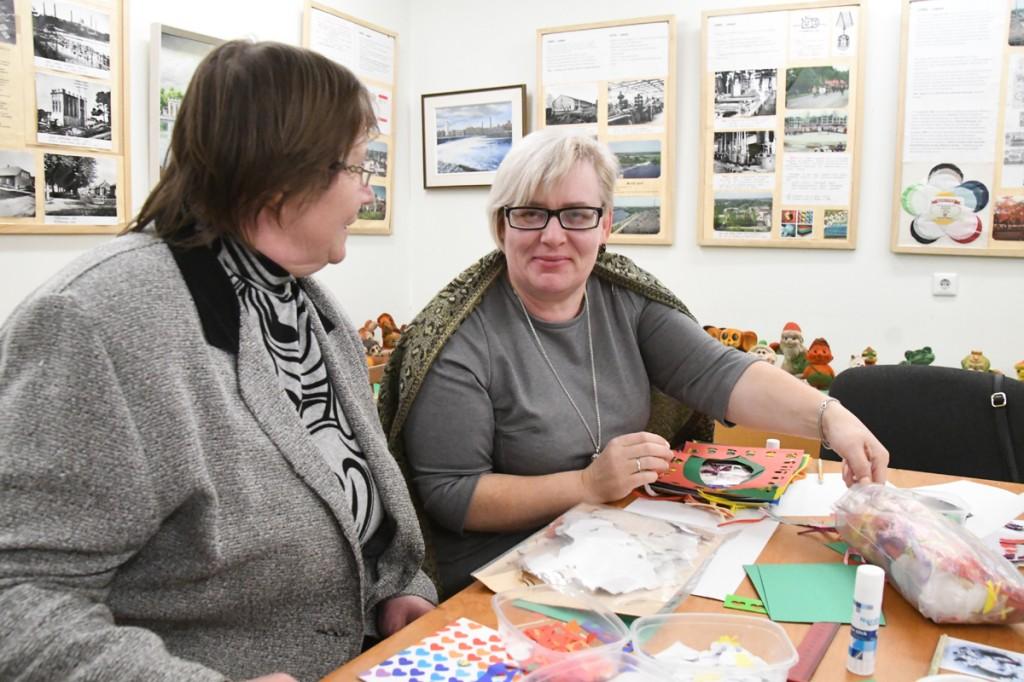 Sindi muuseumi juhataja Heidi Vellend ja Narva Laste Loomemaja käsitööõpetaja Žanna Pantelejeva Foto Urmas Saard