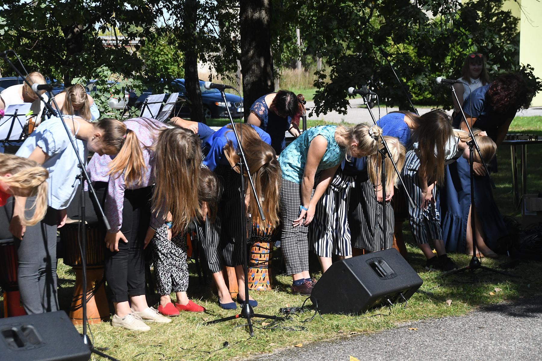 Sindi muusikakooli esinejad tänavad publikut. Foto Urmas Saard