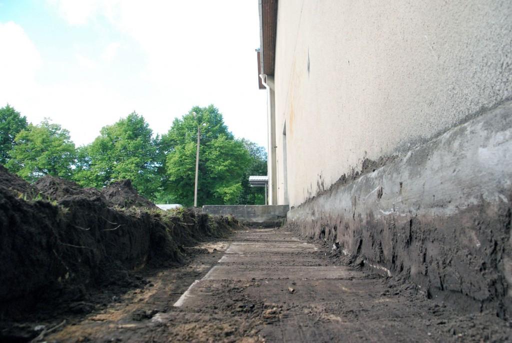 Sindi seltsimaja välisseinte soojustamiseks alustati esmalt seinaäärte lahti kaevamisega Foto Urmas Saard