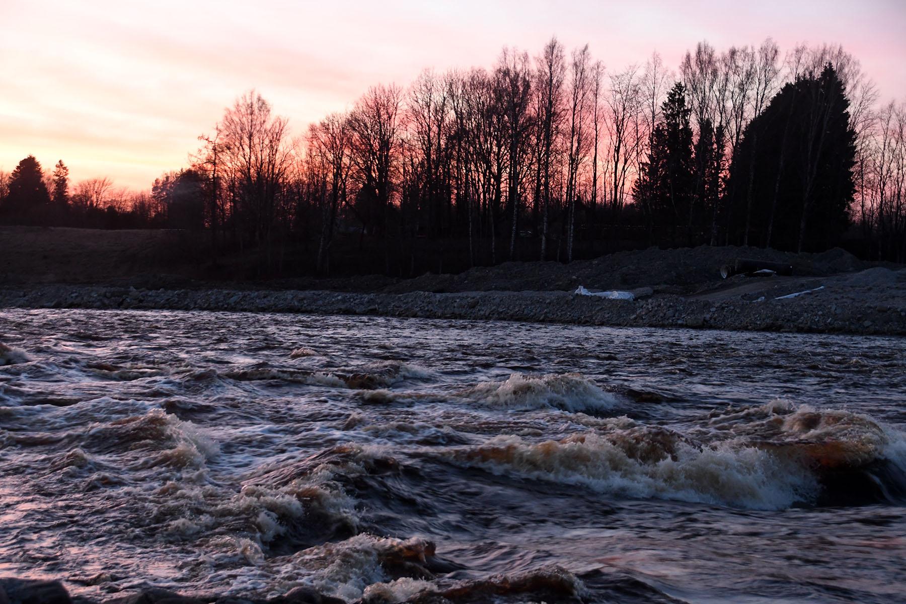 Sindi tehiskärestik päikeseloojangul. Foto Urmas Saard