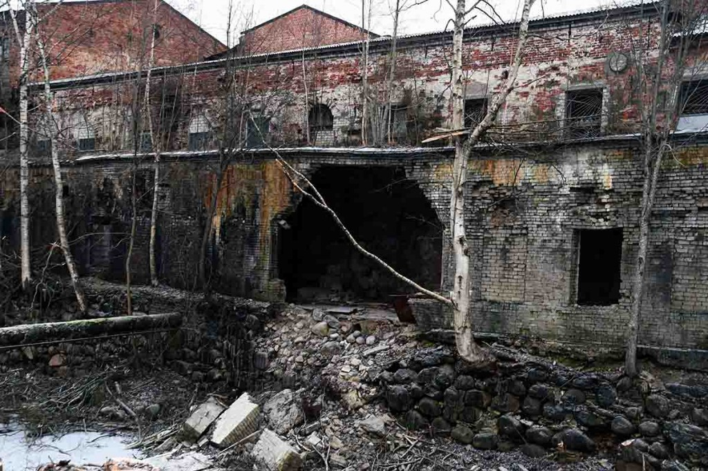 Sindi vabriku kanaliäärse hoone seina varing. Foto Urmas Saard