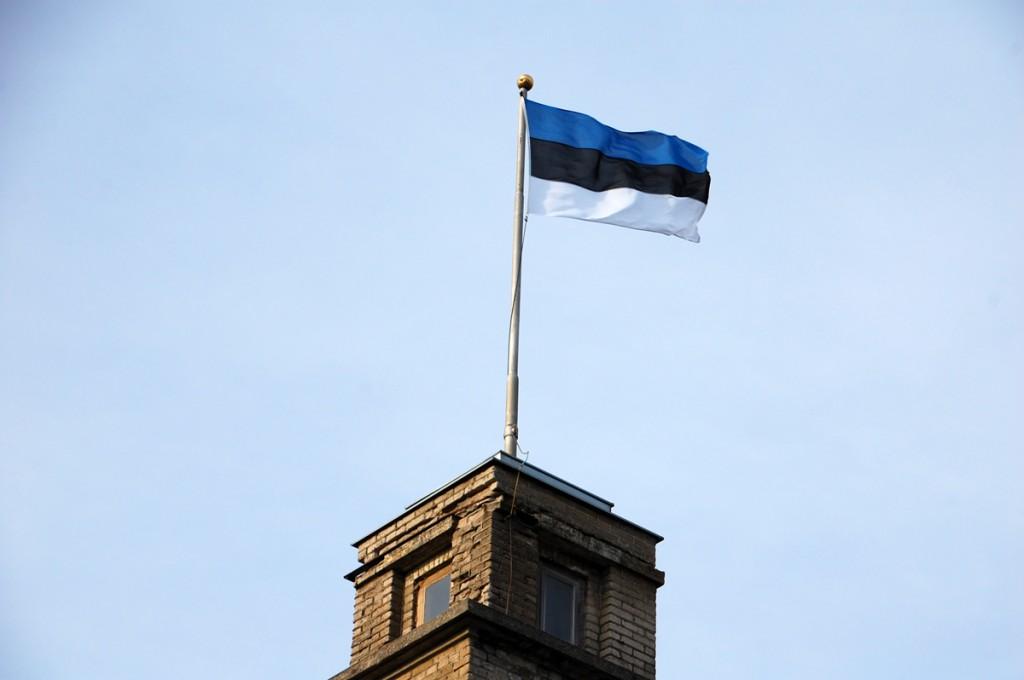 Sinimustvalge Sindi raekoja tornimastis Foto Urmas Saard