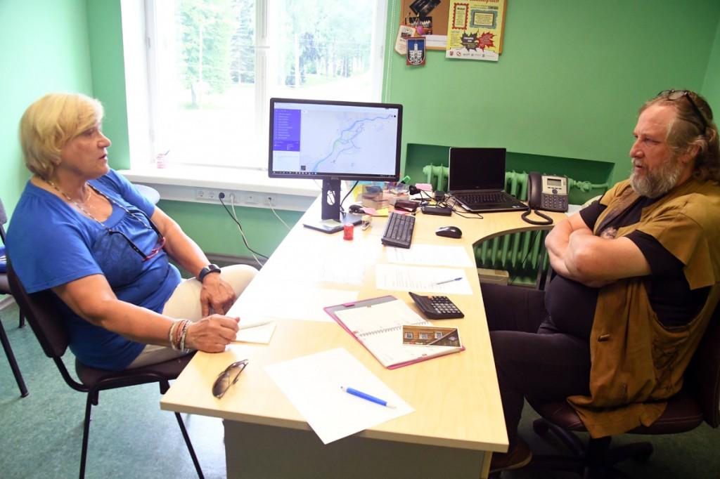 Sirje Soovik ja Mart Tõnismäe peavad nõu kepikõnni ettevalmistamise asjus Foto Urmas Saard