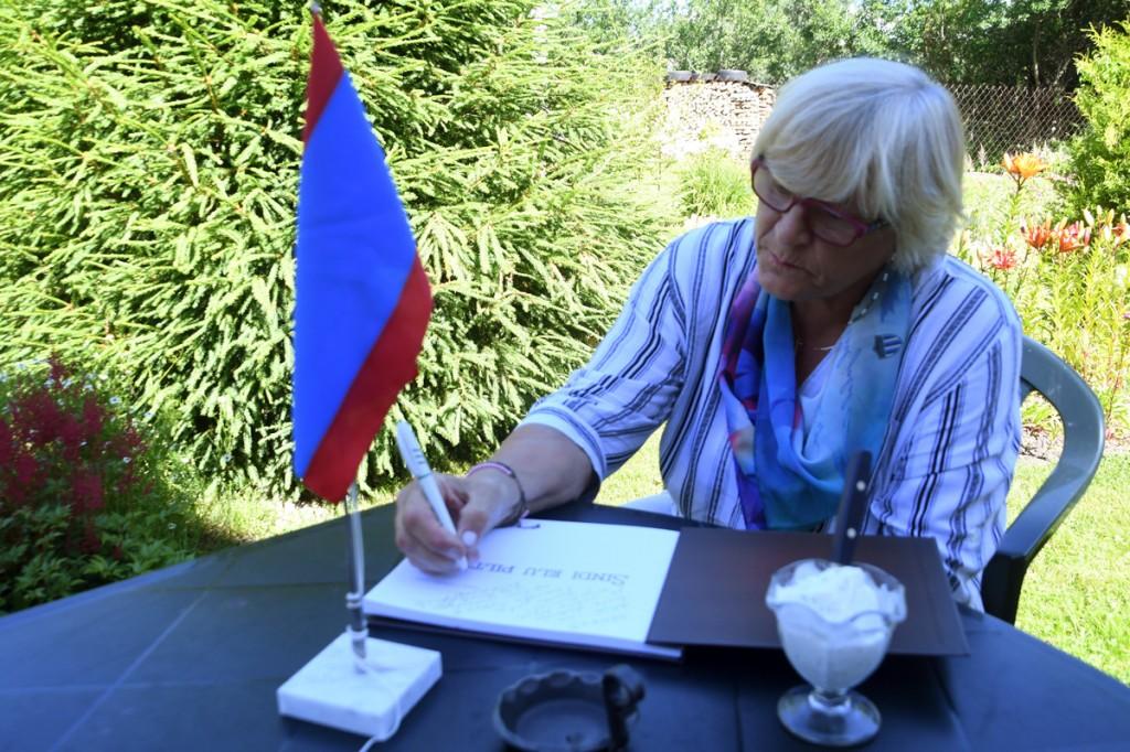 Sirje Soovik kirjutab loteriigia võidetud raamatusse pühenduse, et linnavalitsuse kingitus ühele osalejale tema kodus pidulikult üle anda Foto Urmas Saard