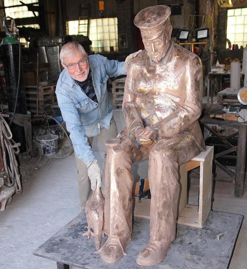 Skulptor Lembit Onton poolelioleva skulptuuriga. Foto Nõmme linnaosa valitsus