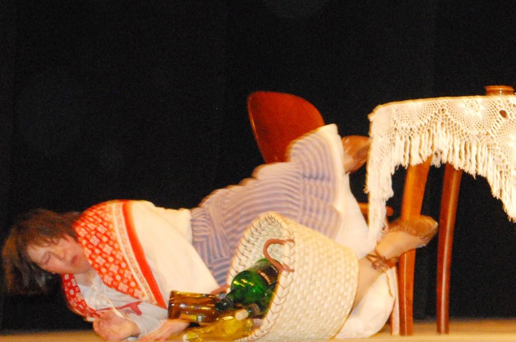 Stseen perekonna tülist harrastusteatri laval. Foto Urmas Saard