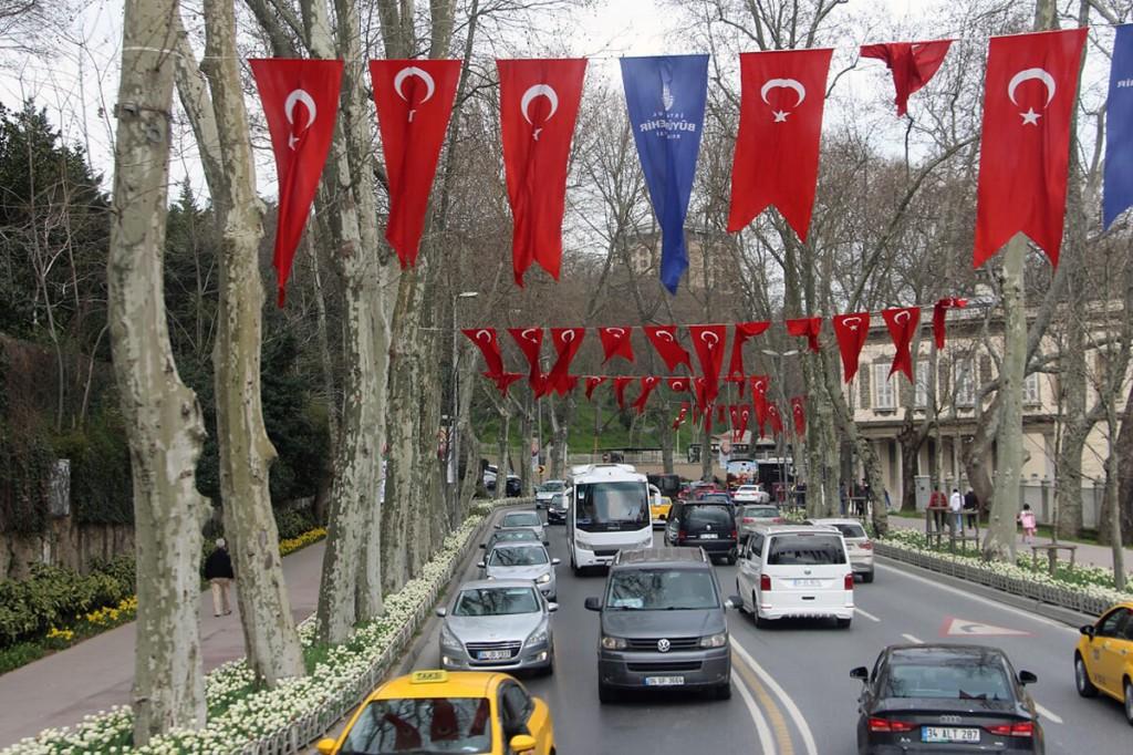 Türklastele on rahvuslipp ja selle kasutamine väga armsad, neid näeb palju ja mitmel pool Foto Mikko Selg