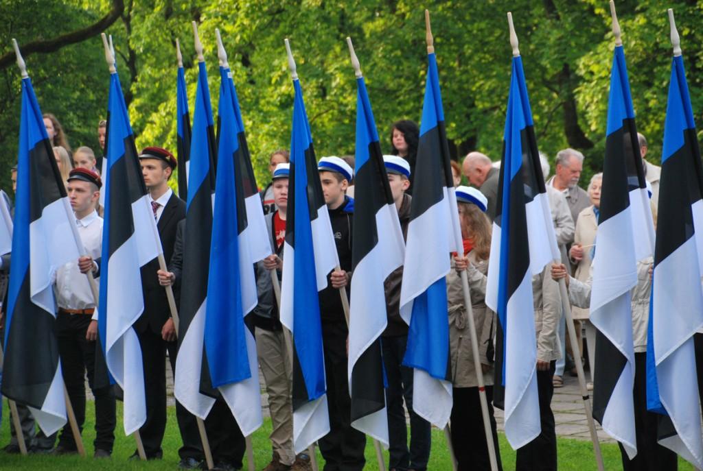 Tallinna koolinoored lipu seltsi lippudega 4 juuni hommikul Kuberneri aias Foto Urmas Saard