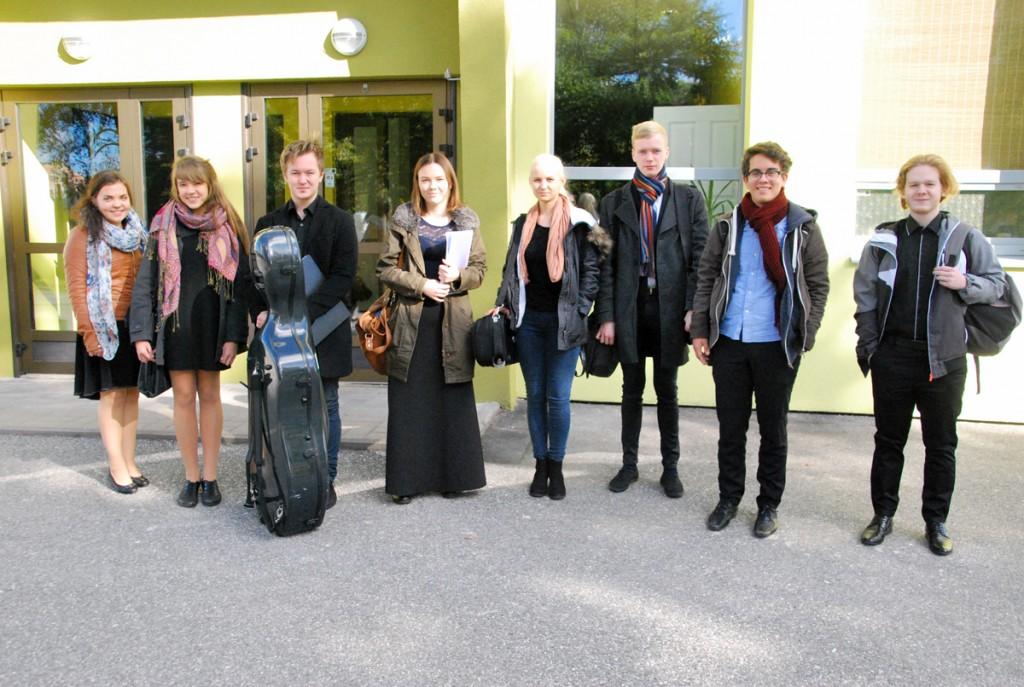 Tallinna muusikakeskkooli noored interpreedid Sindi seltsimaja ees Foto Urmas Saard