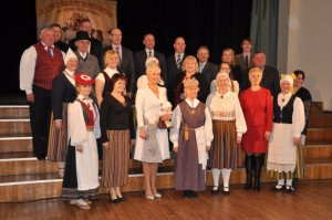 I Eesti Naiste tantsupeo üldjuhti Airi Rütterit eduka korraldustöö eest tunnustamas patroon Evelin Ilves.