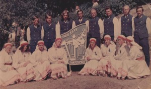 Tantsurühm Õerutajad (toonane nimetus Tääksi segarühm) 1975. aasta üldtantsupeol
