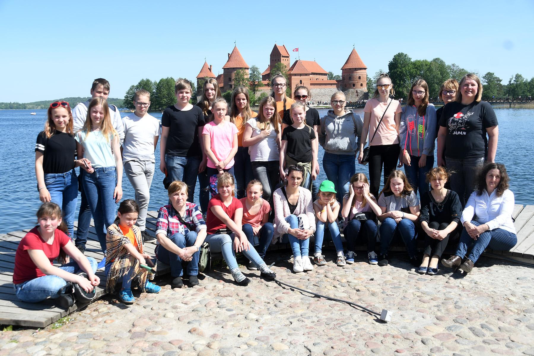 Tapa valla lastekoor Trakais, pildil saatjate hulgas ka Audronė Stepankevičiūtė (paremal äärel istumas). Foto Urmas Saard
