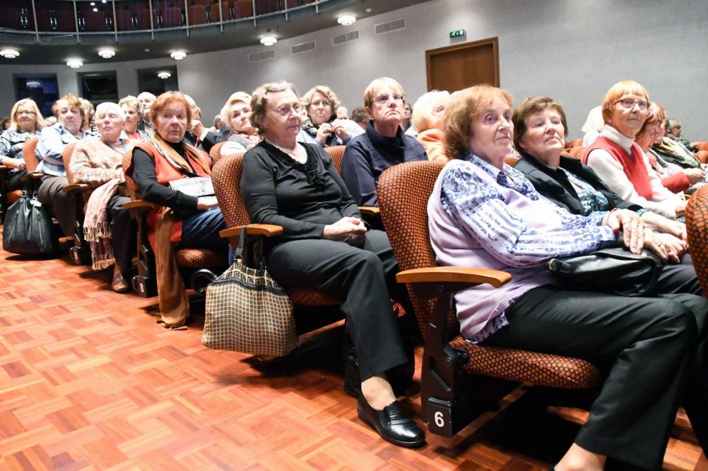 Tartu ülikooli Pärnu kolledži väärikate ülikooli kuulajad erandlikult Pärnu kontserdimaja suures saalis Foto Urmas Saard