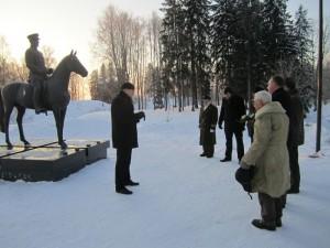 Kindral Johan Laidoneri ratsamonumendi juures kõneleb Viljandi maavanem Lembit Kruuse. Foto: Viljandi maavalitsus
