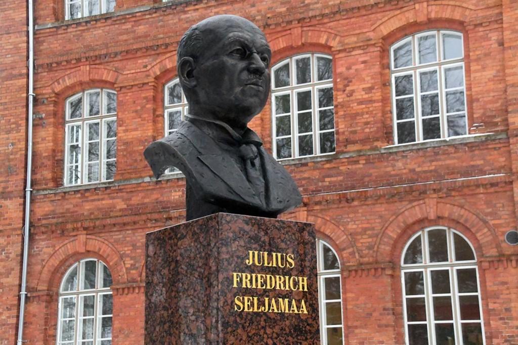Tartu rahulepingu sõlmimise 99. aastapäeval Julius Friedrich Seljamaale avatud monument Sindis.  Foto Urmas Saard