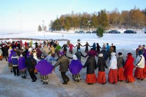 Pildil üks Tartumaa kultuuriüritustest: talvine tantsupidu Kambjas.