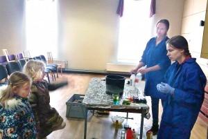 Teadusbussi esindus tutvustas Torma kultuurimajas füüsika- ja keemiakatseid.
