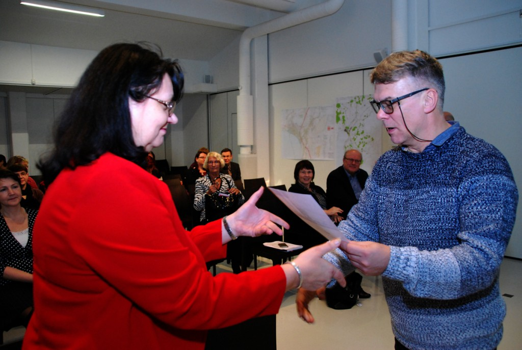 Tiit Kask annab Tiina Tojakile üle tunnistuse, mis kinnitab Pärnu muuseumi poolt korraldatud täiendkoolituse läbimist Foto Urmas Saard