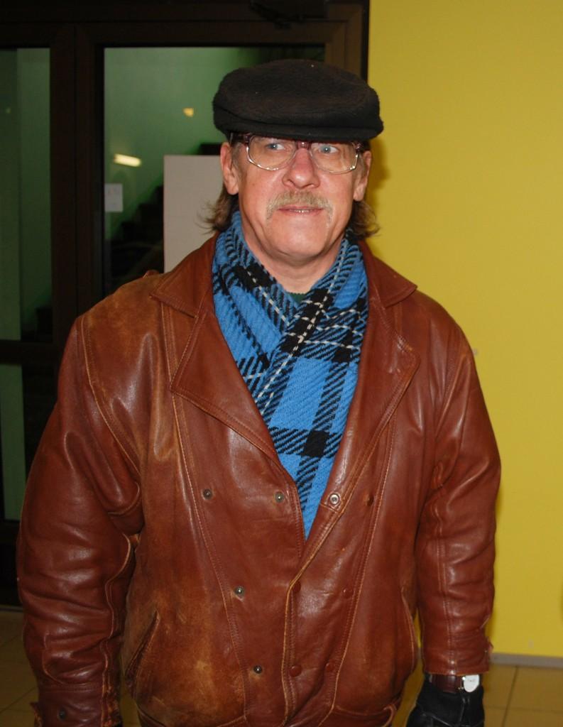 Tiit Tarlap siseneb Sindi seltsimajja oma lugejate ja kodulinlastega kohtuma (24.10.2010). Foto Urmas Saard