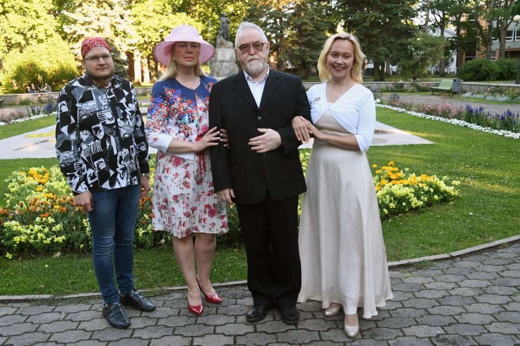 Timo Dreimann, Krista Nõmm, Jaak Känd ja Liina Hansen Pärnu Koidula pargis Foto Urmas Saard