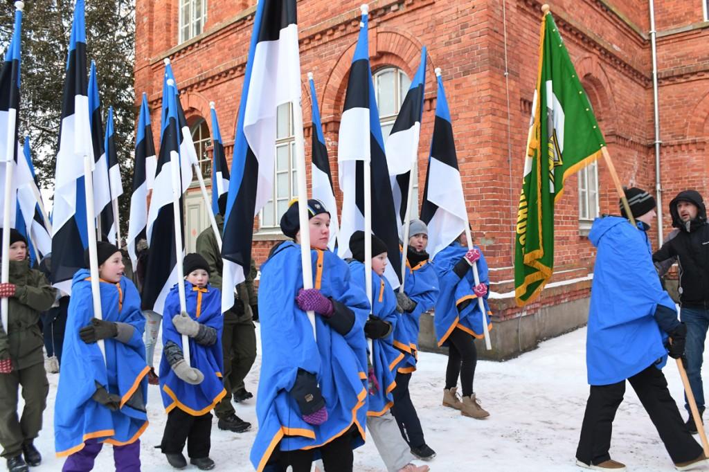 Tori valla noored Eesti Vabariigi 100 sünnipäeva hommikul Sindis Foto Urmas Saard