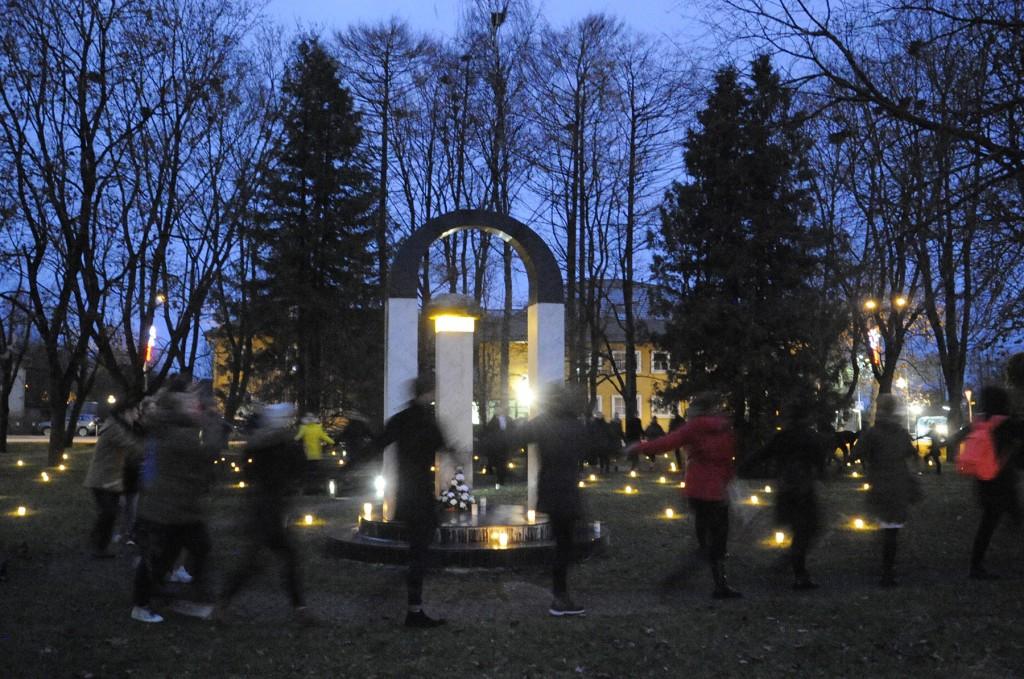 Traditsiooniline tseremoonia luulepäevade Tähetund ajal Jõgeval, Betti Alveri pargis. Foto Riina Mägi