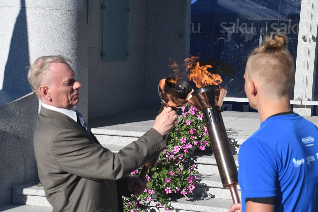 Trivimi Velliste, Kindral Johan Laidoneri Seltsi esimees, võtab Pärnus Rüütli platsil  võidupüha jooksjatelt mälestustule enda kätte Foto Urmas Saard