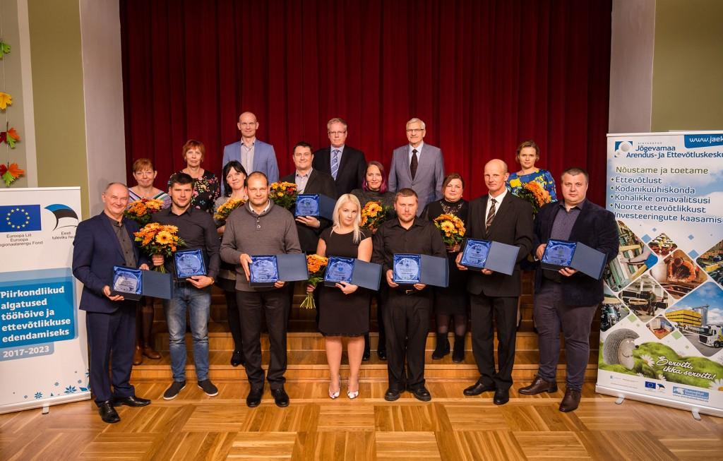 Tunnustuse pälvinud Jõgevamaa ettevõtjad ja nende tunnustajad. Foto Kristi Sepri