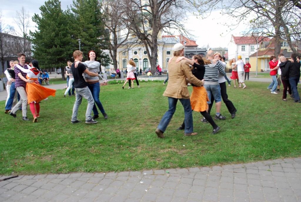 Tuurit-Tuurit rahvusvahelisel tantsupäeval aastal 2011 Pärnus, Lastepargis Foto Urmas Saard
