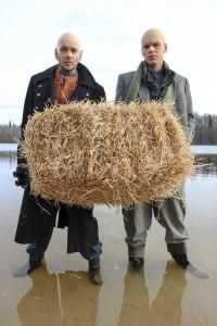 """Ugala suvelavastuse """"Vereliin"""" peaosalised Meelis Rämmeld ja Rait Õunapuu. Foto Heigo Teder"""