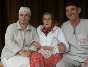Romeo ja Urve Mukk koos Kihnu Virvega. Foto: erakogu/kylauudis.ee
