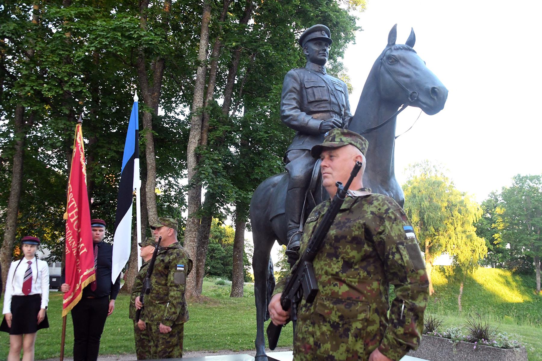 Võidupüha mälestustule auvalve kindral Laidoneri ratsamonumendi juures. Foto Urmas Saard