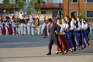 Fotomeenutus 2014. aasta tänavatantsult Võrus. Foto folkloorifestivali arhiivist.
