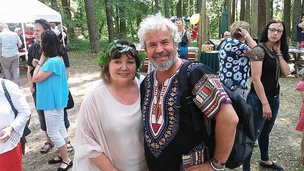 Võtikvere raamatuküla peo juhid Imbi Paju ja Rein Sikk Foto Võtikvere raamatuküla kogu